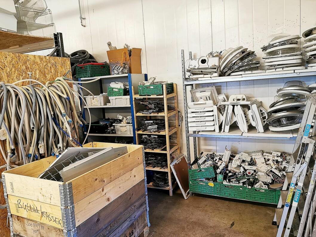 Sirkular Gjenbruk har et eget lager, med deler fra kasserte hvitevarer. Foto: Stian Sønsteng.
