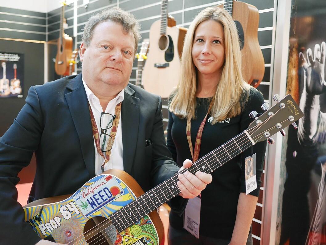 Erik Østby i EM Nordic AS er styreleder i Norsk musikkbransjeråd. Her er han sammen med internasjonal salgssjef Theresa L. Hoffman i C. F. Martin & Co under Musikmesse 2017 i Frankfurt. Foto: Stian Sønsteng