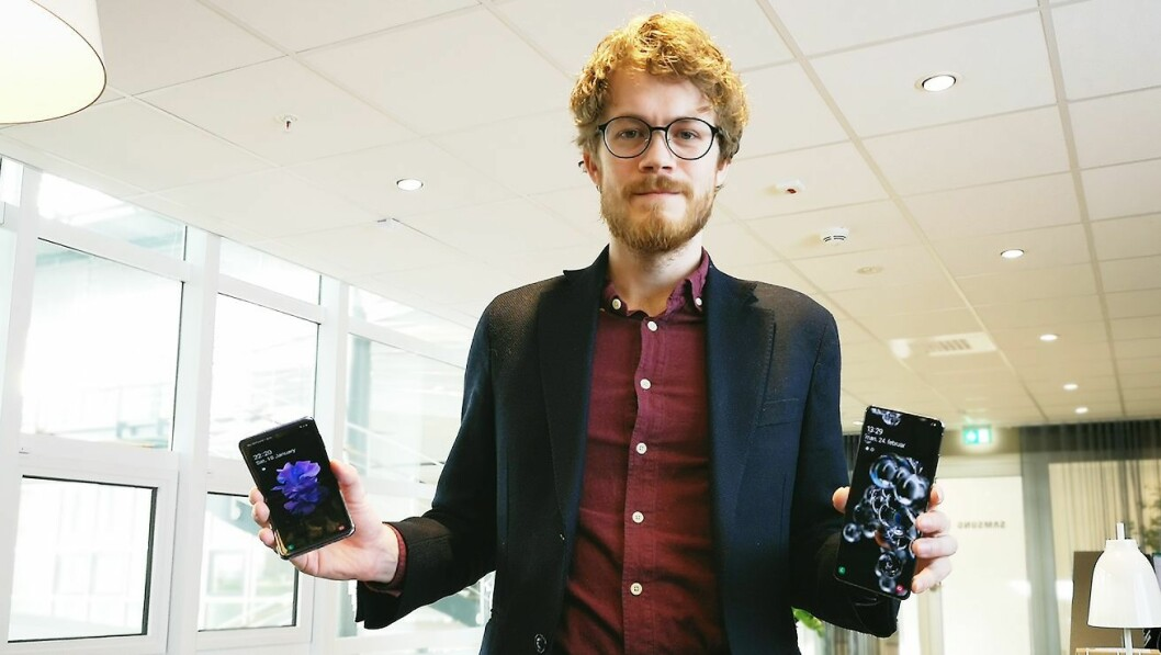 Daniel Kvalheim, teknisk kunde- og medieansvarlig i Samsung Norge, viser fram Galaxy Z Flip og S20 Ultra. Foto: Marte Ottemo
