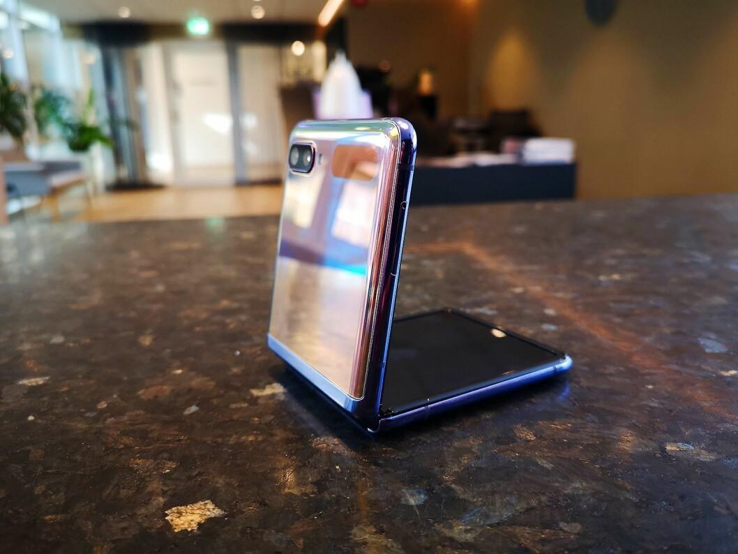 Galaxy Flip kommer enten i en skimrende lilla farge, som her, eller i sort. Foto: Marte Ottemo.