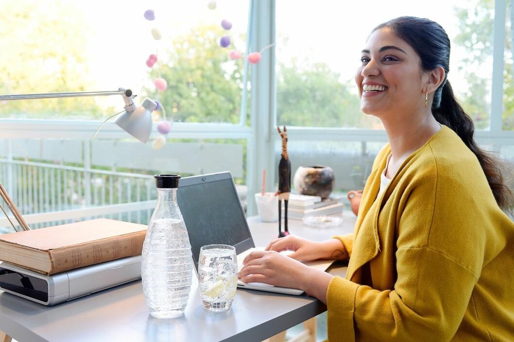 SodaStream mener vi må bli flinkere til å ikke kjøpe vann på flaske, og i stedet bruke springvann. Foto: SodaStream