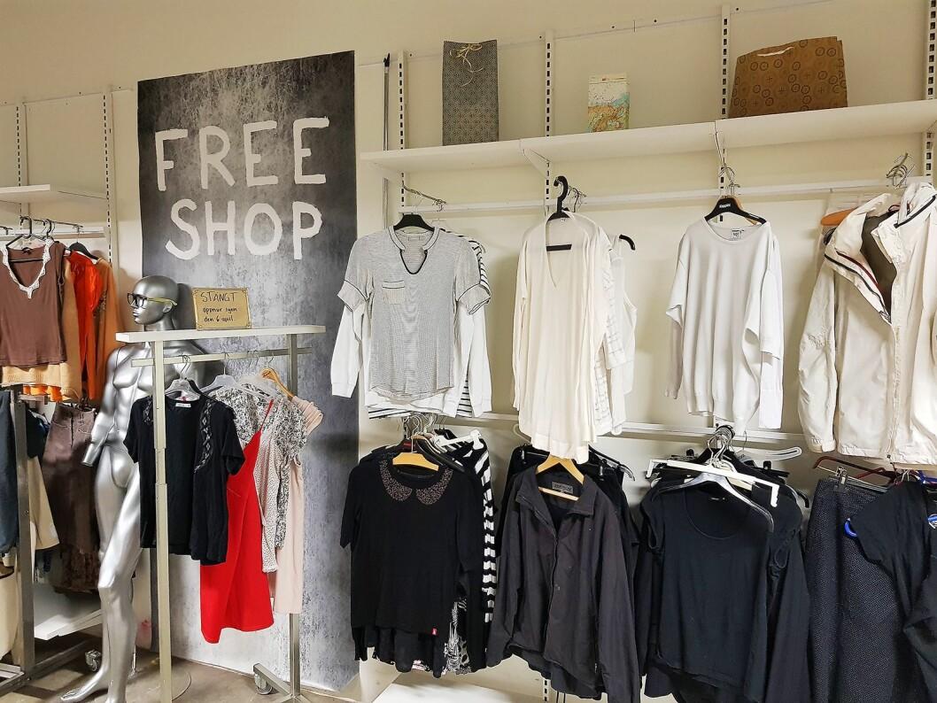 Istedenfor tilbud får kundene velge et gratis tilleggsplagg fra overskuddslageret i butikken Free shop. Foto: Jan Røsholm.