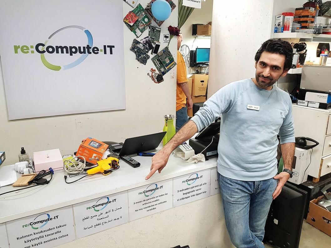 Amjad Al Chamaa i elektronikkbutikken Re Compute IT gir tre månders garanti på varene de selger. Det er opplyst på sju forskjellige språk. Foto: Jan Røsholm.