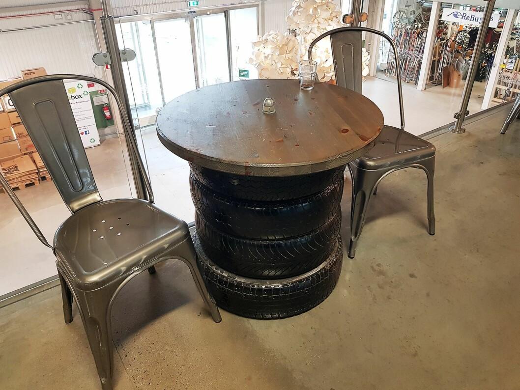 Alt i Retuna er gjenbrukt. Bordene i kafeen er laget av bildekk eller bøker. Foto: Jan Røsholm.