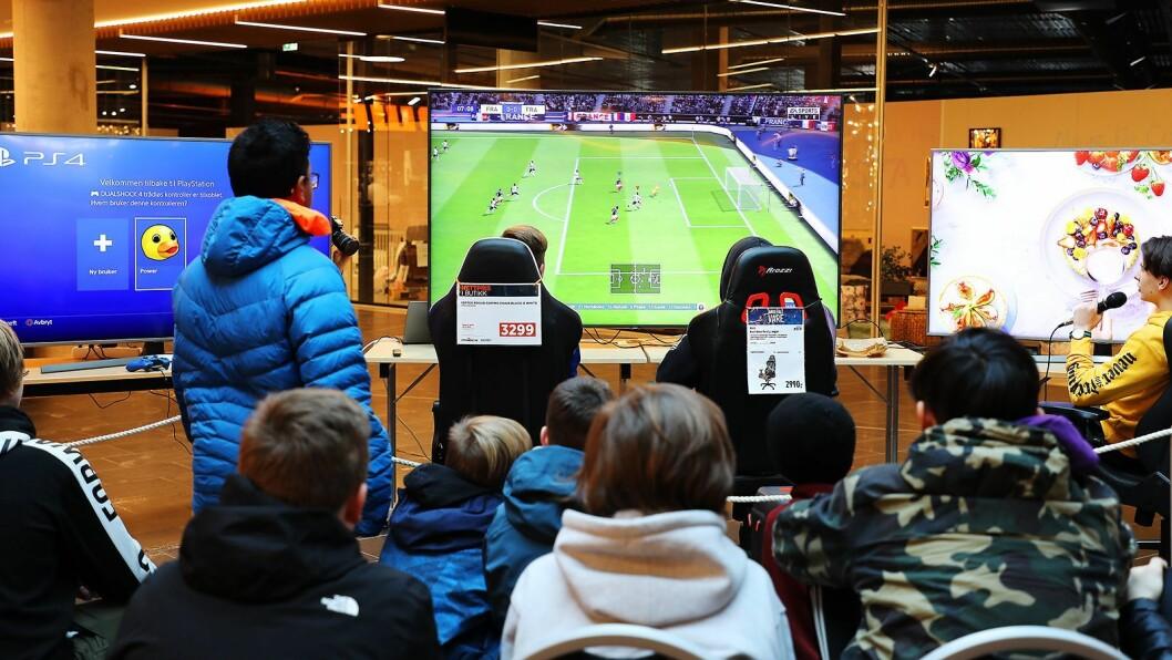 Elkjøp og Power hadde sammen rigget opp til Fifa-turnering i fellesområdet mellom de to butikkene ved Jærhagen kjøpesenter. Foto: Jeanette Stokkeland/Jærhagen