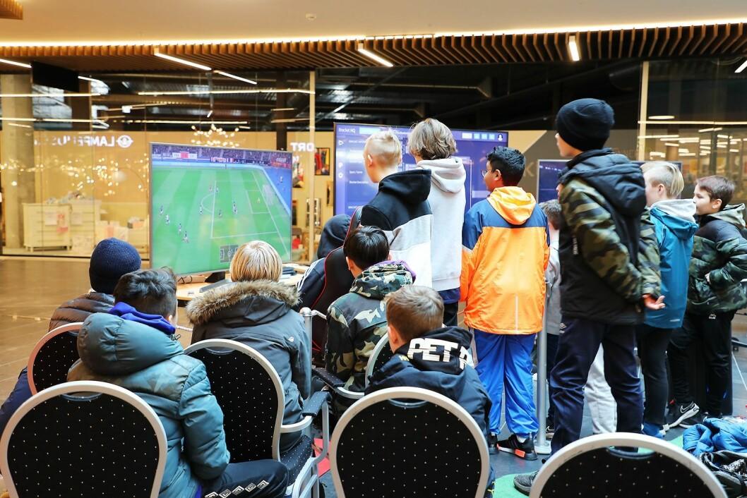 Rundt 30 barn deltok i Fifa-turneringen ved Jærhagen kjøpesenter i skolens vinterferie. Foto: Jeanette Stokkeland/Jærhagen.