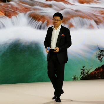 Toppsjef Richard Yu i Huawei Consumer Business Group på scenen i Paris under lanseringen av P30-serien i fjor. Foto: Stian Sønsteng.