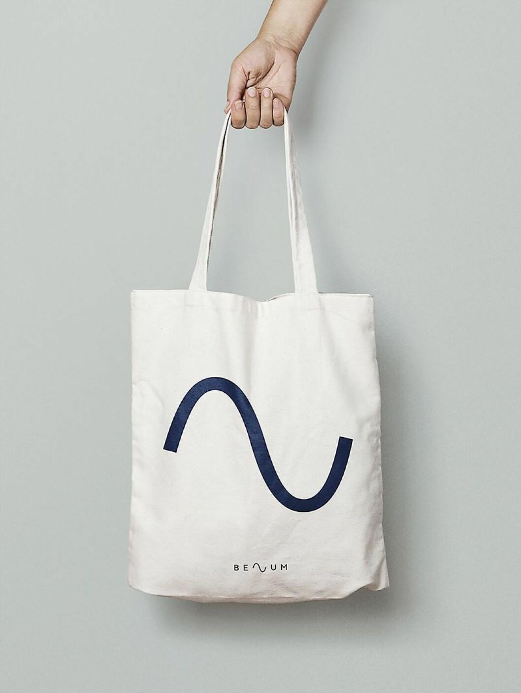 Tøyveske med Benums nye symbol; sinuskurven som utgjør bokstaven midt i firmanavnet. Illustrasjon: Benum.