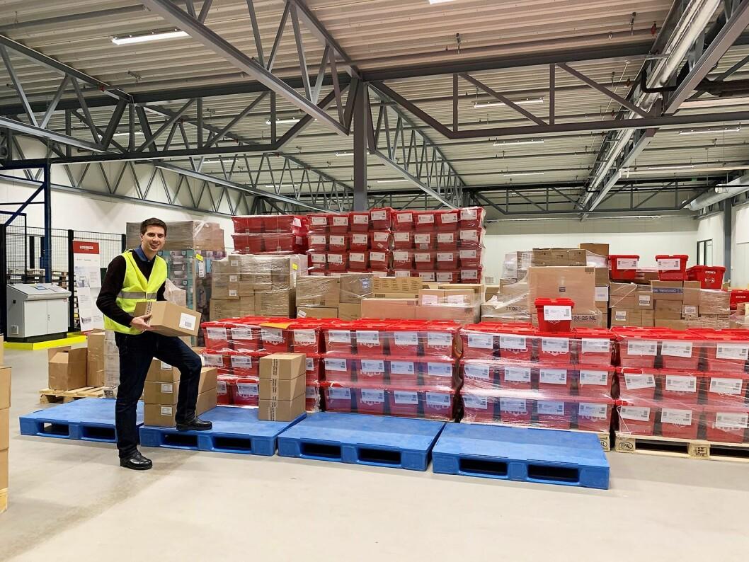 Daglig leder Hans Kristian Furuseth i Farmasiet har selv tatt i et tak på lageret selskapet leier hos Komplett. Foto: Farmasiet