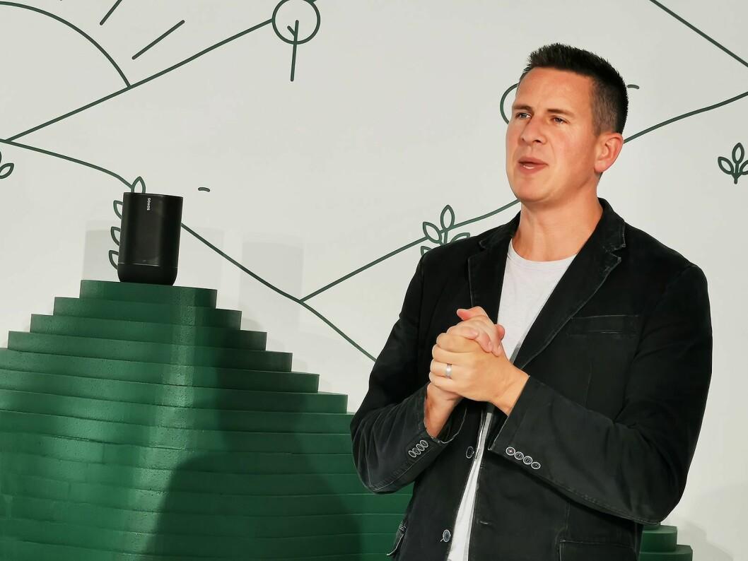 Sonos' toppsjef Patrick Spence på IFA 2019 med Move-høyttaleren. Foto: Stian Sønsteng.