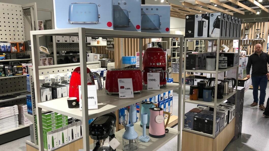 Så langt er det butikkene som har kommet best ut av koronakrisen blant medlemmene i Stiftelsen Elektronikkbransjen. Bilde fra  Elon Grimstads nyoppussede butikk i desember i fjor. Foto: Elon