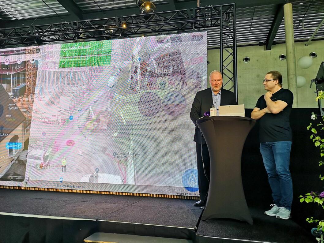 Administrerende direktør i Telia, Stein-Erik Velland får hjelp av Vitaly Slettvold i Droneverkstedet til å kjøre opp en drone for å overvåke en byggeplass live via 5G. Foto: Marte Ottemo.