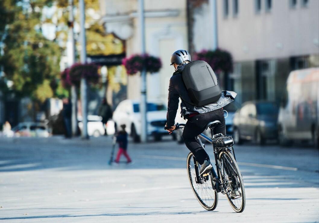 Targus tror nye måter å pendle på, som med sykkel eller til fots, vil øke etterspørselen etter smarte ryggsekker og vesker. Foto: Targus
