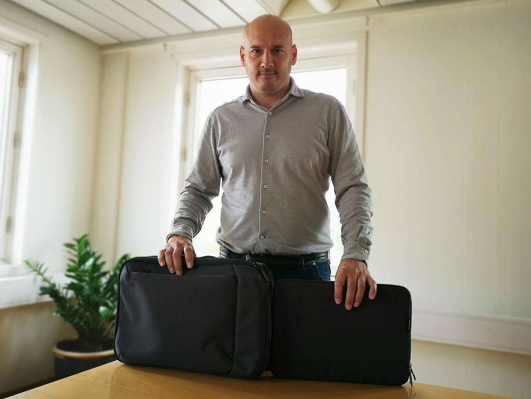 Raphael De Perlinghi, Emea-sjef for konsumentmarkedet hos Targus, viser fram den nye kolleksjonen Targus Cypress EcoSmart. Foto: Marte Ottemo.