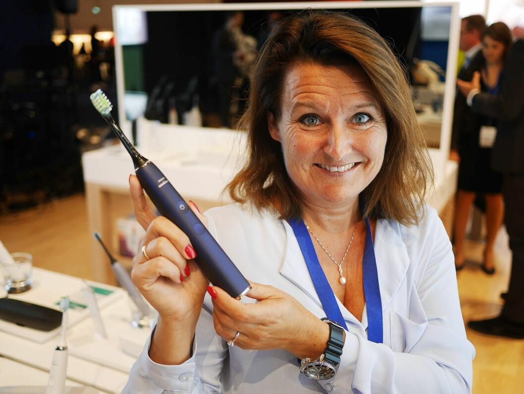 Lise Ludvigsen er sjef for Philips i Norge. Her er hun fotografert på IFA-messen i 2018, med den elektriske tannbørsten SoniCare Diamond Clean. Foto: Stian Sønsteng