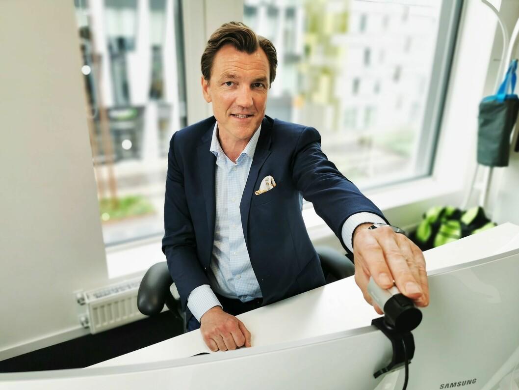 Web-kameraet på kontoret til Elkjøp-sjef Erik G. Sønsterud var på plass allerede før koronakrisen. Foto: Stian Sønsteng.