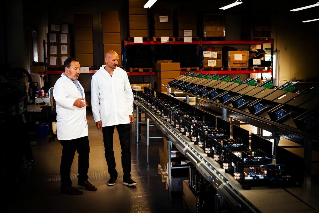 Salgs- og markedssjef Lasse Danielsen (t. v.) i Electrocompaniet hadde i fjor Stargate-produsent Mikkel Eriksen på besøk ved fabrikken på Tau. Foto: Electrocompaniet