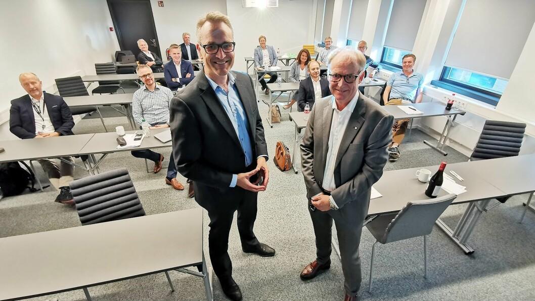 Jan Røsholm i Stiftelsen Elektronikkbransjen (t. v.) sammen med Martin M. Breivik i Norsk Bilbransjeforbund. Foto: Stian Sønsteng