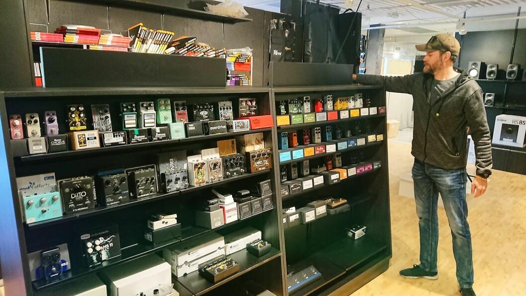 Lydproduksjon Tromsø har skaffet både butikkinnredning og kontormøbler gratis. På bildet butikksjef og medeier Andreas Jentoft. Foto: Eirik Haua.