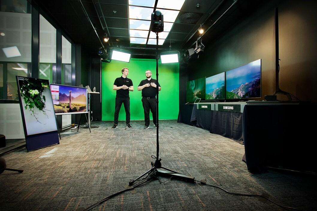 Senior-opplærer Snorre Johnsrud og produktsjef for TV og lyd, Knut Eirik Rørnes, gikk gjennom Samsungs nyeste TVer og lydprodukter. Foto: Power/ Snorre Berg-Domaas