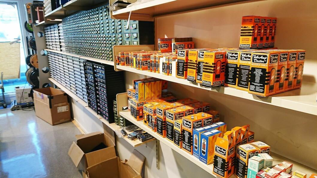 Lydproduksjon Tromsø har to verksteder. Her fra reparasjonsavdelingen, med et utvalg forsterkerrør. Foto: Eirik Haua.