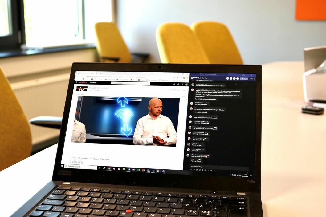 Med direktesendingen på ene delen av skjermen, og teams-chatten på den andre, følger de ansatte med på opplæringen og kan kommentere og stille spørsmål samtidig. I bildet Morten H. Kristensen i BSH. Foto: Power/ Snorre Berg-Domaas.