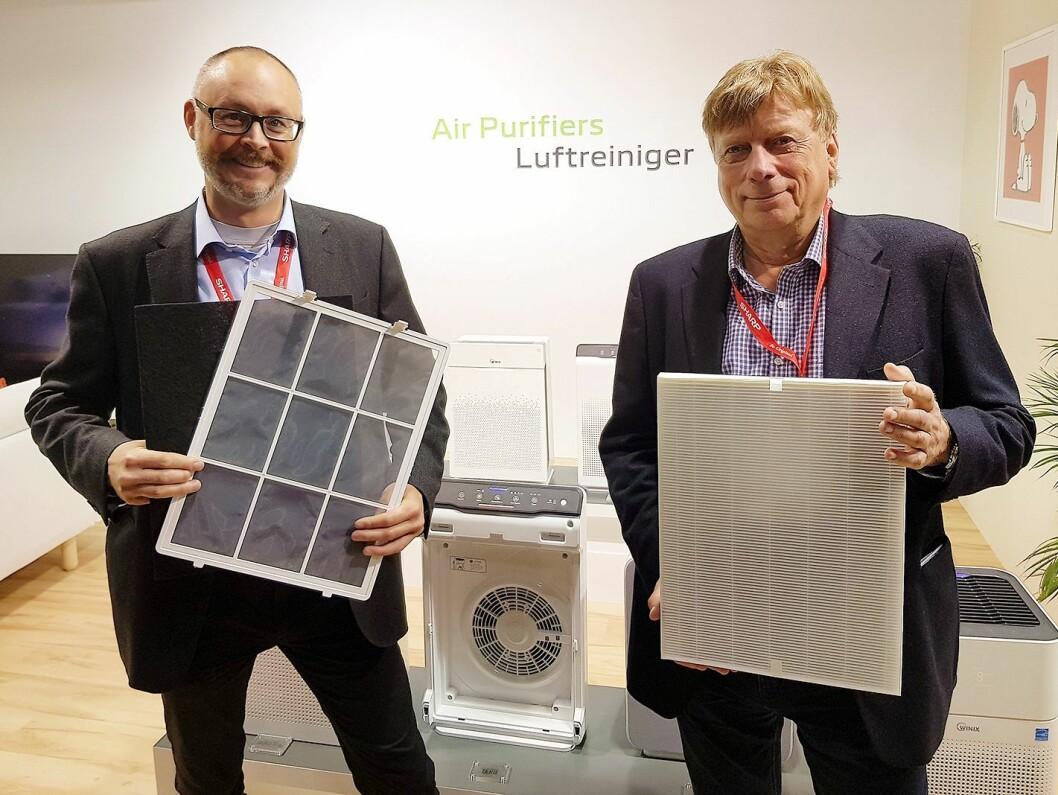 Jarle Karlsrud (t. v.) og Jon Bjaaen i Bedre Inneklima AS med karbon- og HEPA-filtrene som er i luftrenseren Winix Zero Pro. Foto: Jan Røsholm.