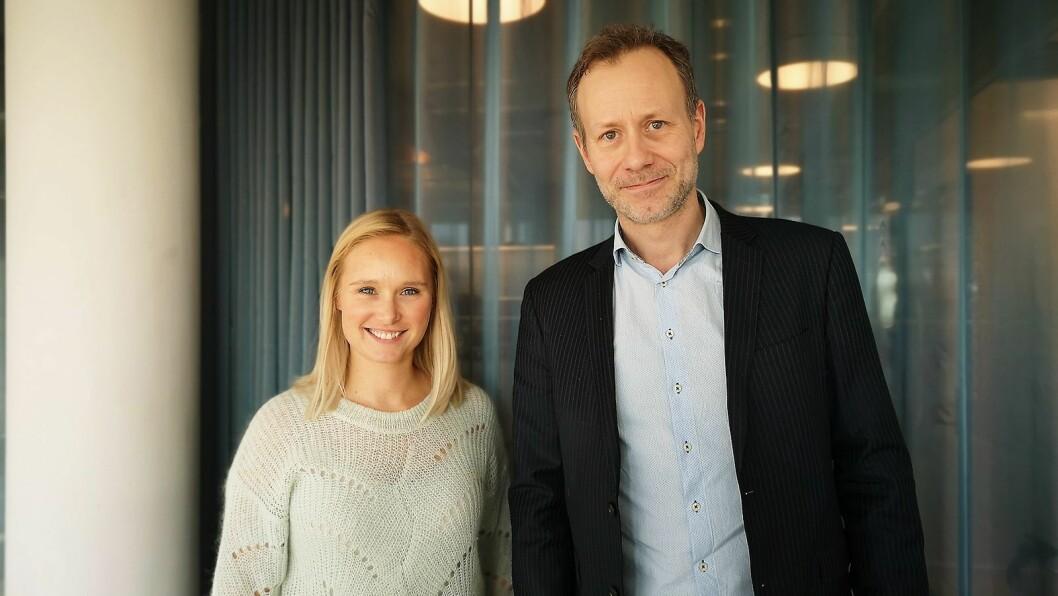 Line Holm Hansen, nordisk PR-ansvarlig i Sony Nordic, her avbildet sammen med salgssjef mobil Cedric Guttormsen ved en tidligere lansering, sier premiumsegmentet for hodetelefoner fortsatt vokser. Foto: Marte Ottemo.