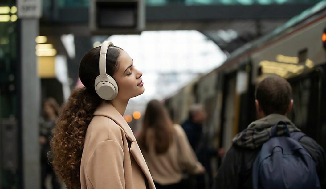 Bedre støykansellering skal gi brukeren en enda bedre opplevelse på offentlig transport. Foto: Sony.