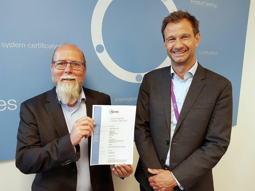 Geir Hørthe (t. v.) og Kristian Myrbakk med Nemkos første cyber security-sertifikat. Foto: Jan Røsholm.