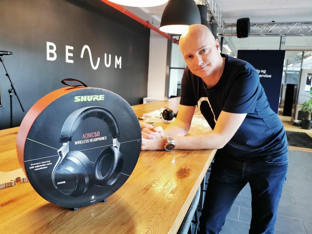 Salgssjef Arild Høyem i Benum har store forventninger til Shures første hodetelefoner utviklet for forbrukermarkedet; Aonic 50. Disse er også de første trådløse hodetelefonene fra Shure, og de første med aktiv støyreduksjon. Foto: Stian Sønsteng