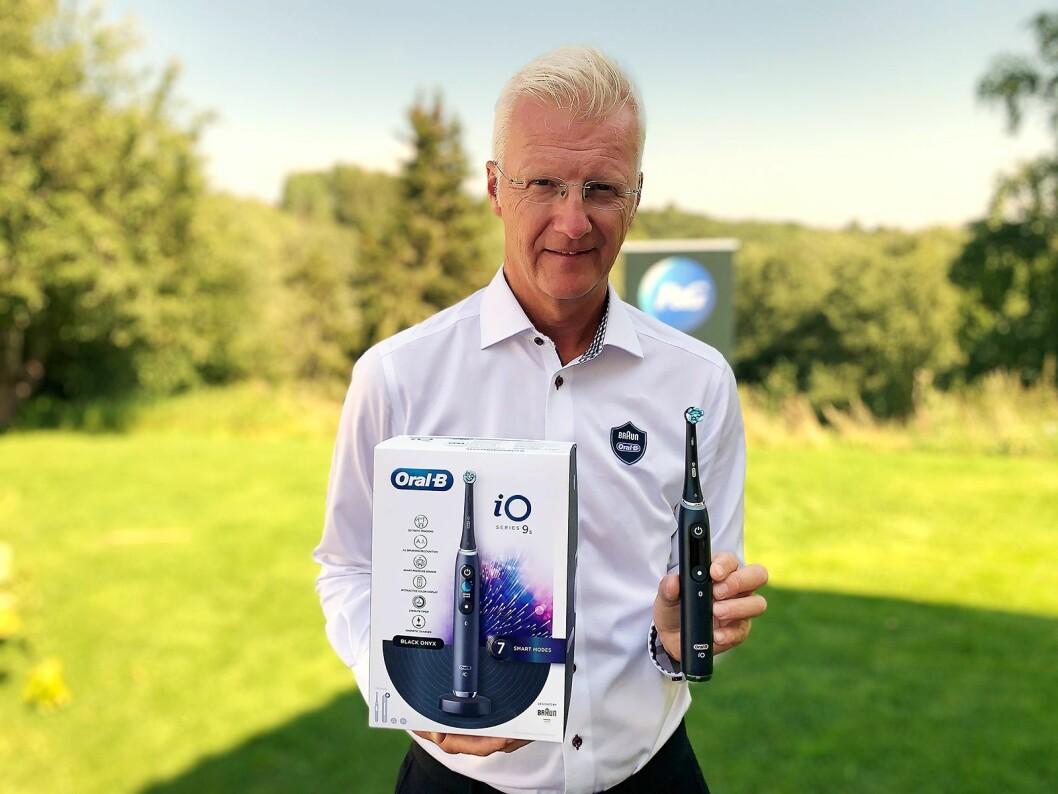 Bjørn Ørn Gustafson er nordisk opplæringssjef i Procter & Gamble, og har arbeidet med Brauns elektriske tannbørster siden 1987. Her er han med nye Oral-B iO. Foto: Procter & Gamble