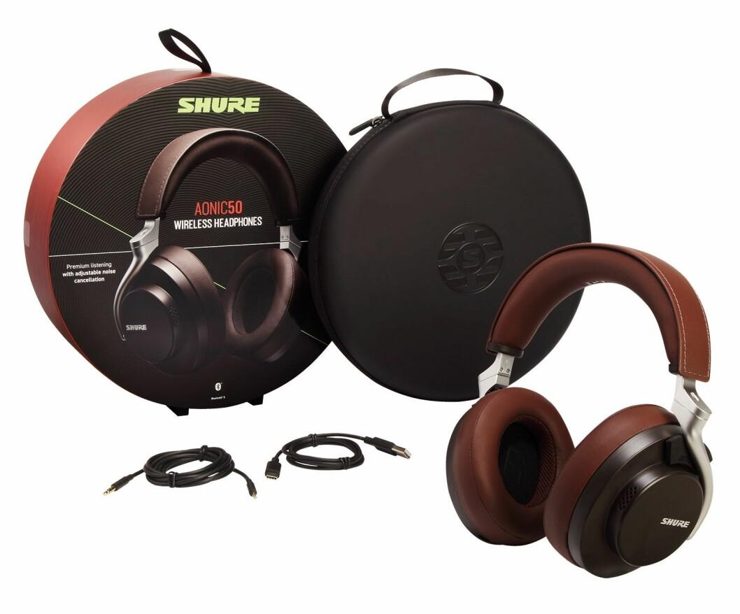 Med Shure Aonic 50 følger det reiseetui, USB-C og 3,5mm audiokabel. Foto: Shure.