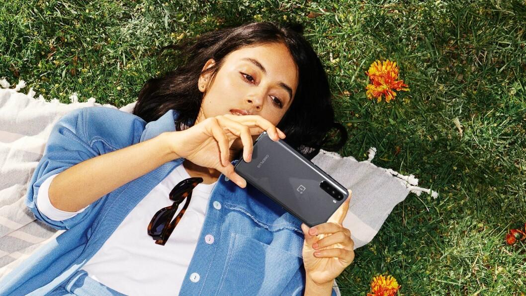 OnePlus Nord kommer i to modeller; 8GB/128GB RAM/ROM til 4.700 kroner i fargene Blue Marble og Gray Onyx, samt 12GB/256GB RAM/ROM til 5.700 kroner i de samme fargene samt Gray Ash. Foto: OnePlus.