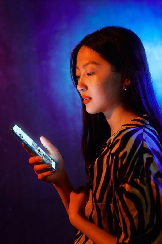 5G-telefonen OnePlus Nord kommer i to utgaver, til 4.700 og 5.700 kroner. Skjermen er på 6,44 tommer og 90Hz. Foto: OnePlus.