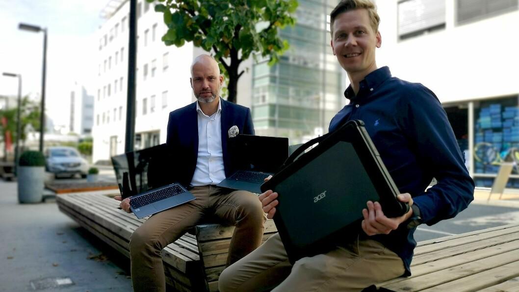 Stig-Ove Langø, nordisk salgssjef og Robin Frugaard Jørgensen, nordisk nøkkelkundeansvarlig i Acer viser fram Acer Swift 5, Spin 713 og den nye Enduro N7. Foto: Marte Ottemo