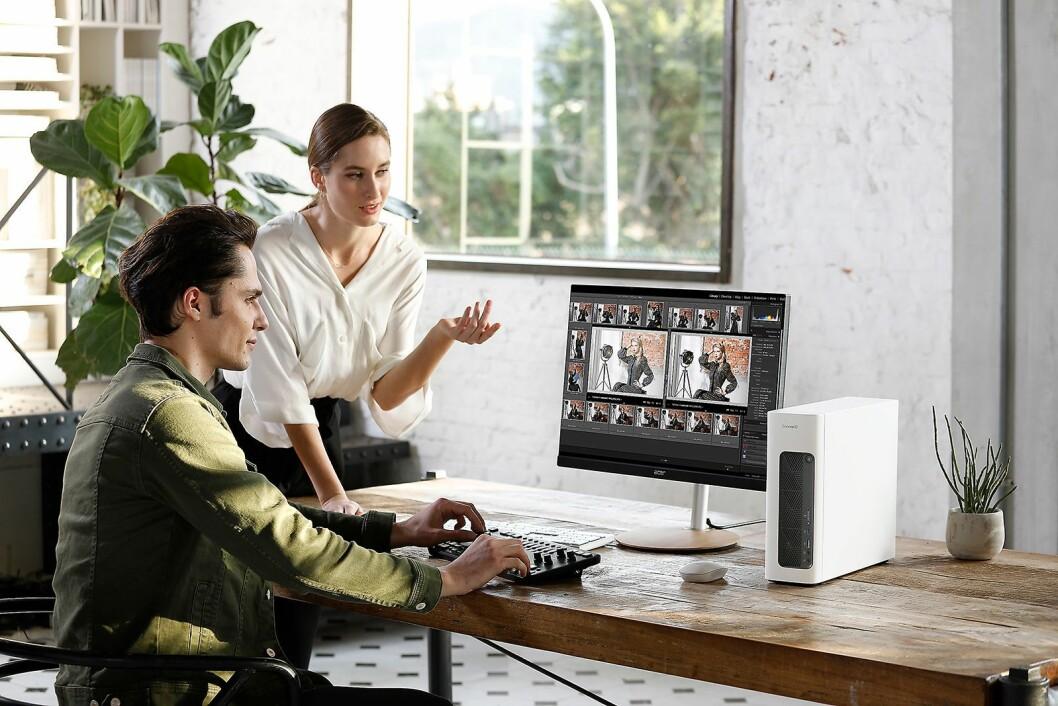 Den nye stasjonære PCen og monitorene i ConceptD-serien kan fint stå på stuebordet hjemme. Foto: Acer.