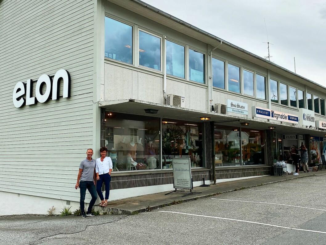 Unn Vigdis Skåtun og Karsten Vestbøstad utenfor Varehuset Rydland i Fitjar. Kommunen har 3.300 innbyggere. Foto: Kjell Sigve Ivarsøy.