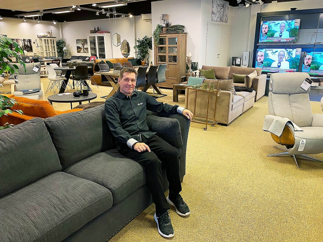 Kjell Sigve Ivarsøy er heltidsanatt i Varehuset Rydland. Her er han i Fagmøbler-butikken. Foto: Kjell Sigve Ivarsøy.