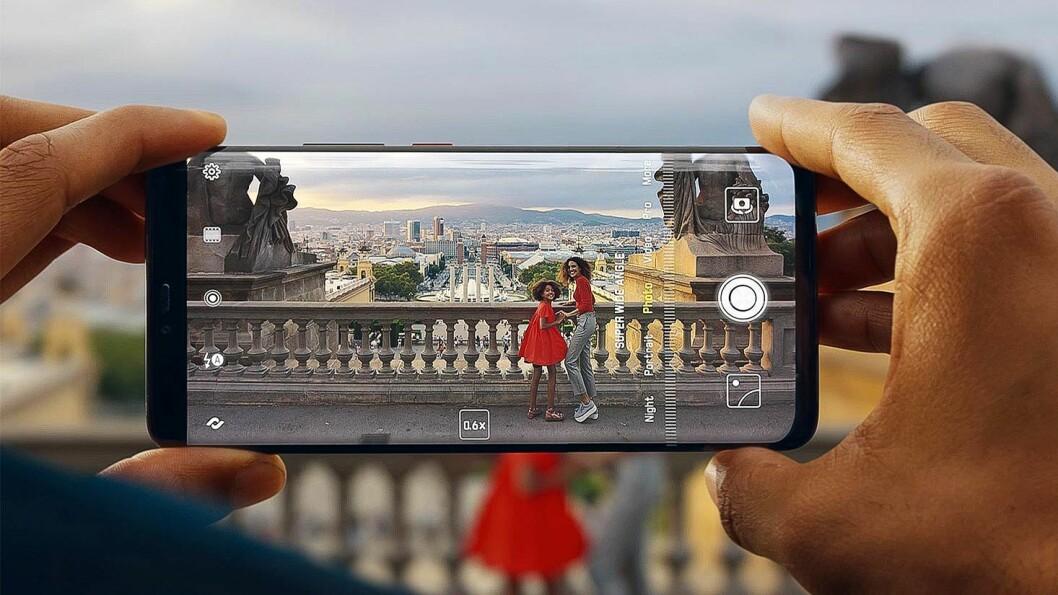 Det selges færre mobiltelefoner i årets første seks måneder enn samme periode i fjor, men vi kjøper stadig dyrere modeller. Foto: Stian Sønsteng.