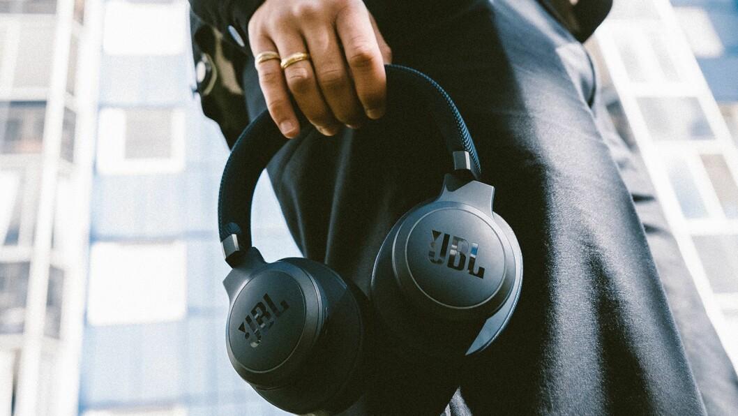Nordmenn kjøper fortsatt dyre hodetelefoner. Foto: JBL.