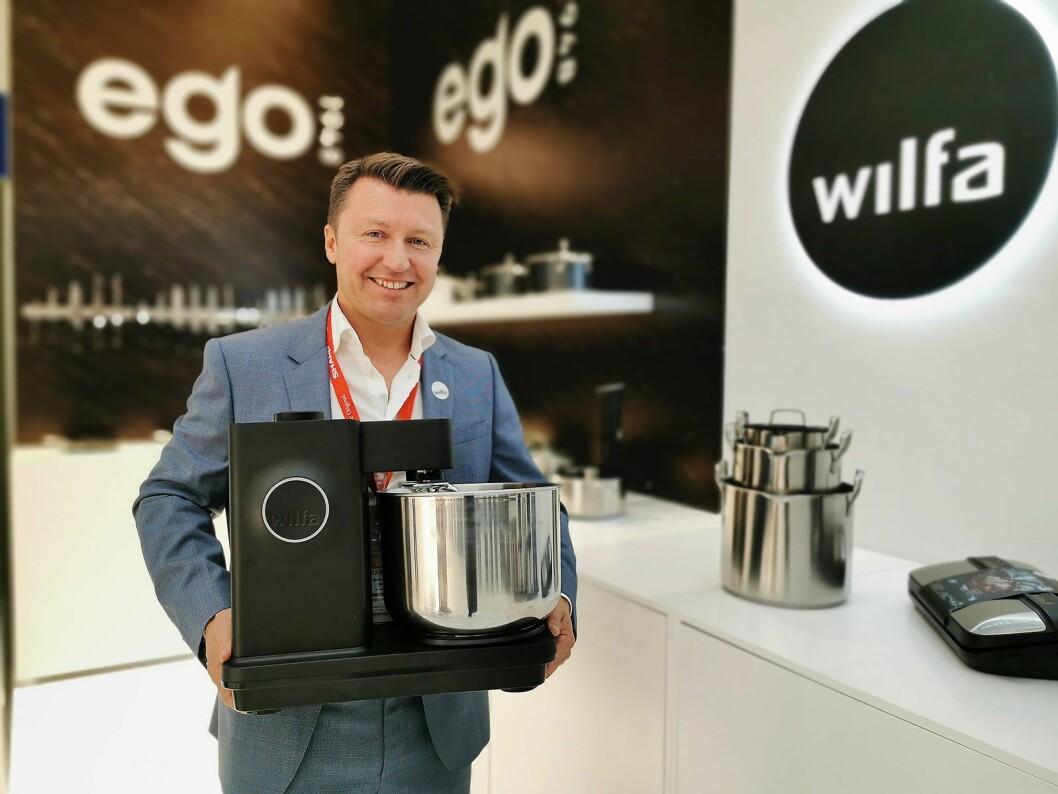 Administrerende direktør Morten Hoff i Wilfa innfører fra 1. september 2020 fem års garanti på alle selskapets produkter. Her er han fotografert på IFA-messen i 2019. Foto: Stian Sønsteng