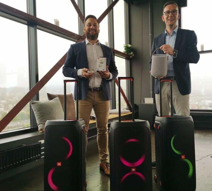 Trond Gulbrandsen og Erik Lerseth, begge nordisk nøkkelkundeansvarlige i Harman International, viser fram noen av de nyeste produktene fra JBL og Harman. Foto: Marte Ottemo.