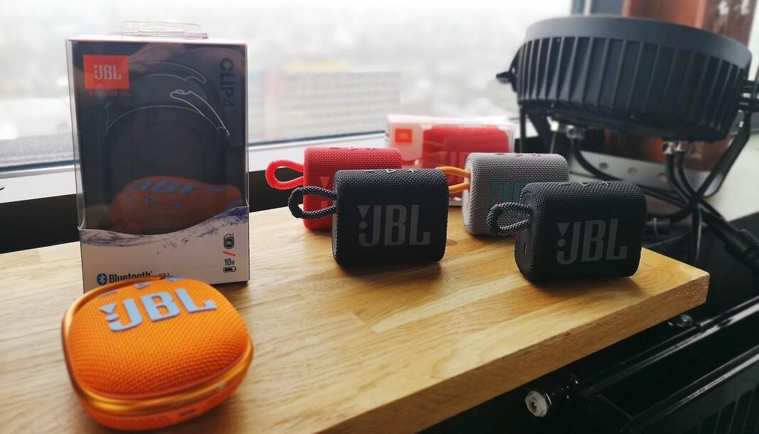 JBL Go 3 og JBL Clip 4 har fått en kraftigere logotype, nye farger og finish. Foto: Marte Ottemo.
