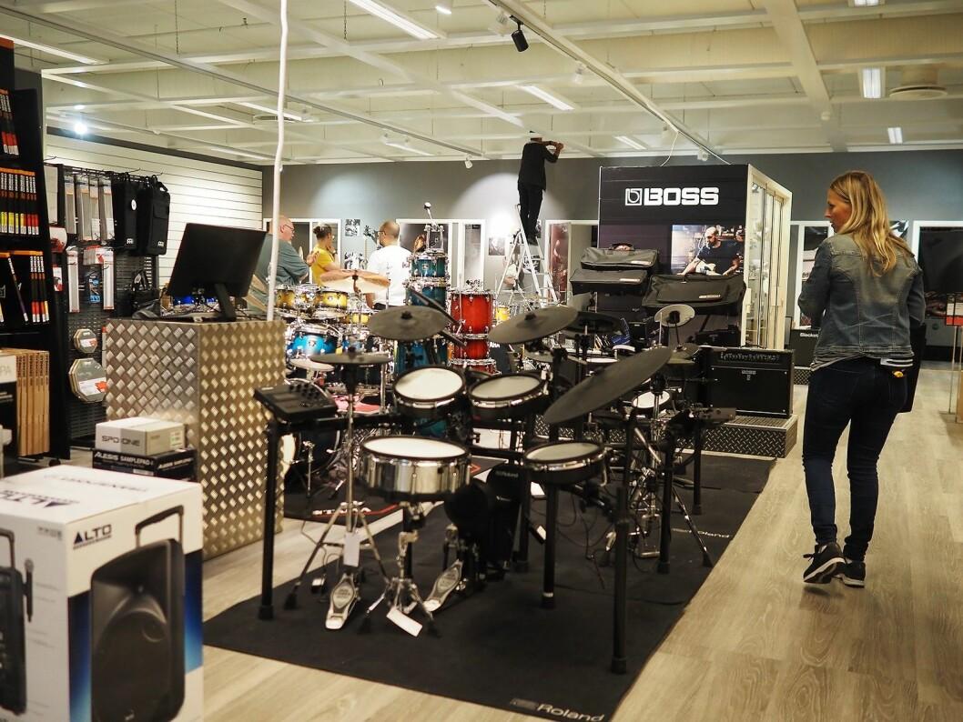 Interiør- og butikkdesigner Anita Svensson i Rom20 tar en siste sjekk før åpningen av 4Sound Stavanger. Foto: Stian Sønsteng.