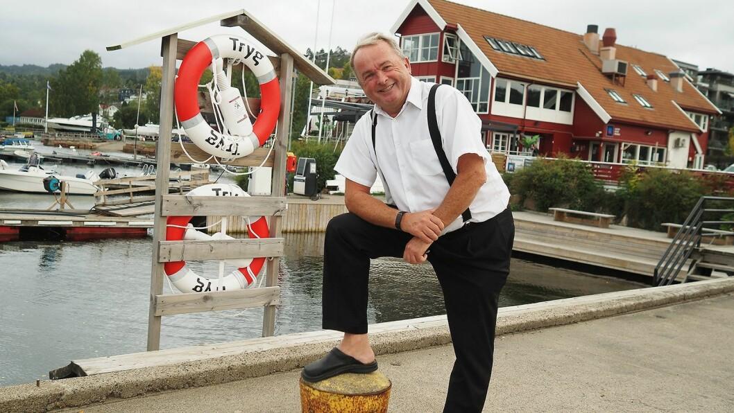 – Velkommen til Sætre! sier Martin Vinje, her foran Sætre Havn Marina, der han har kontor og utstillingslokaler i hele toppetasjen. Foto: Stian Sønsteng