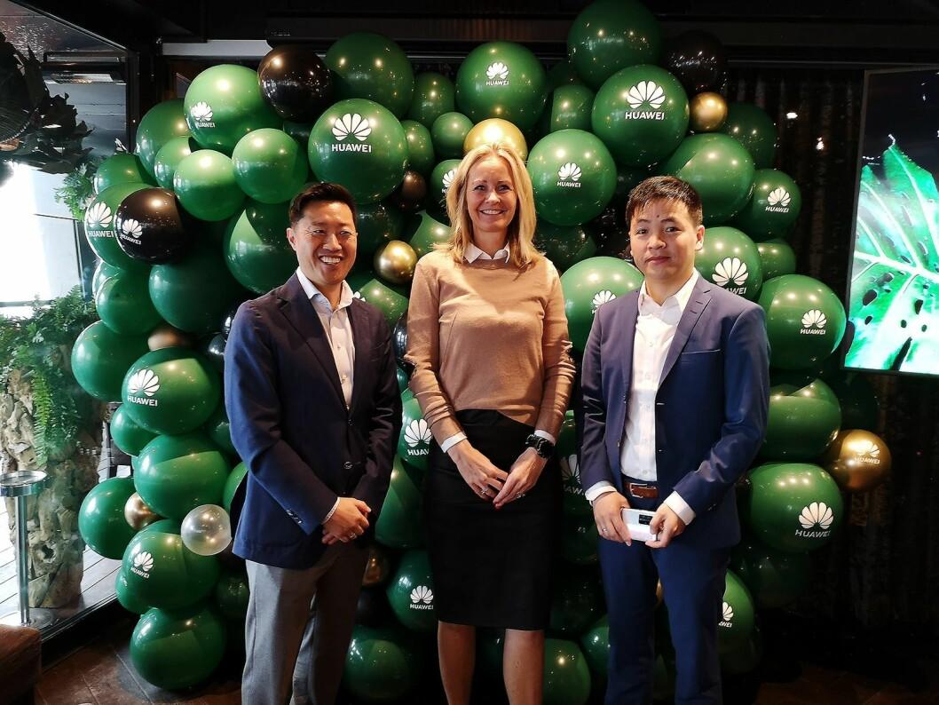 PR-sjef Anders Bigseth, global partner- og strategiansvarlig Siri Børsum og ny norgessjef Felix Xu viste fram Huaweis siste lanseringer på et arrangement i Oslo. Foto: Marte Ottemo.