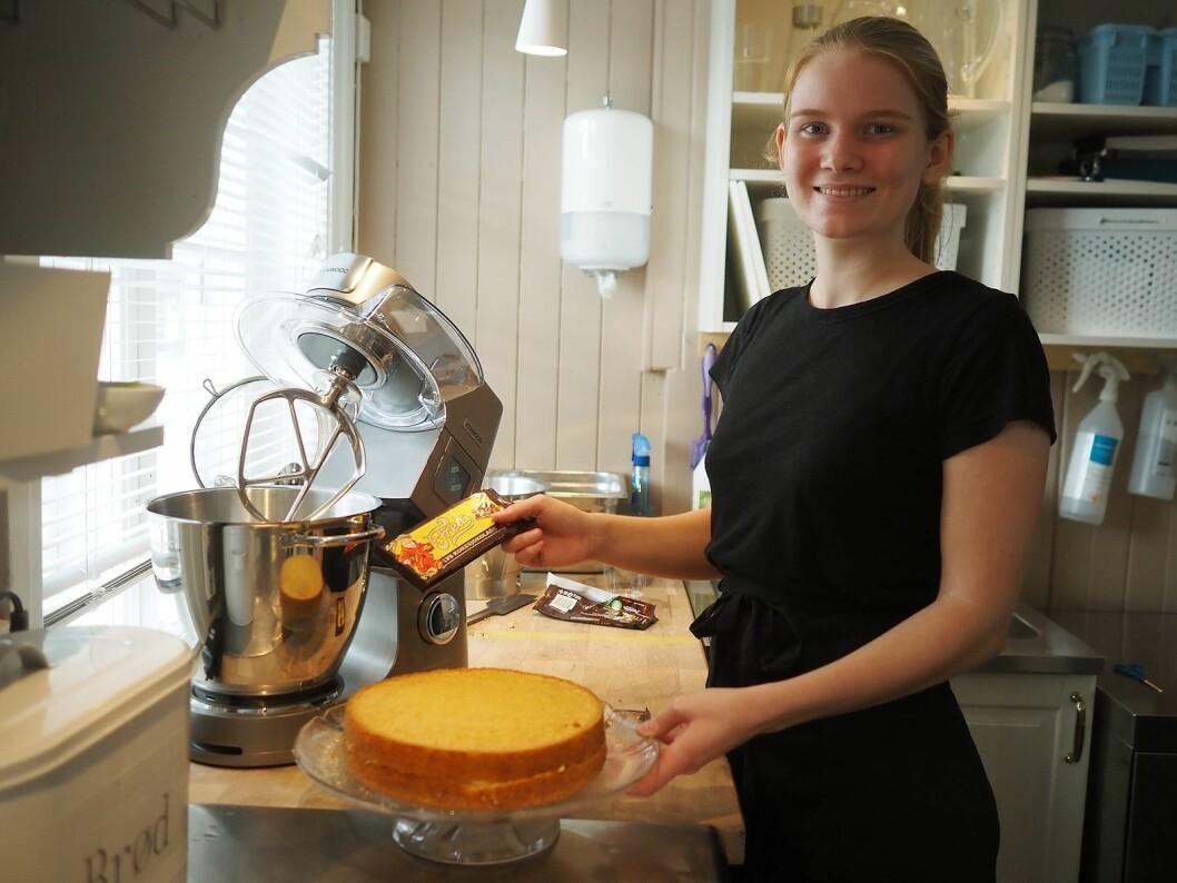 Ine Kristiansen ved kjøkkenet i Sætre gård er en av de aller første i Norden som bruker Kenwood Titanium Chef Patissier XL til å smelte sjokolade. Foto: Stian Sønsteng.