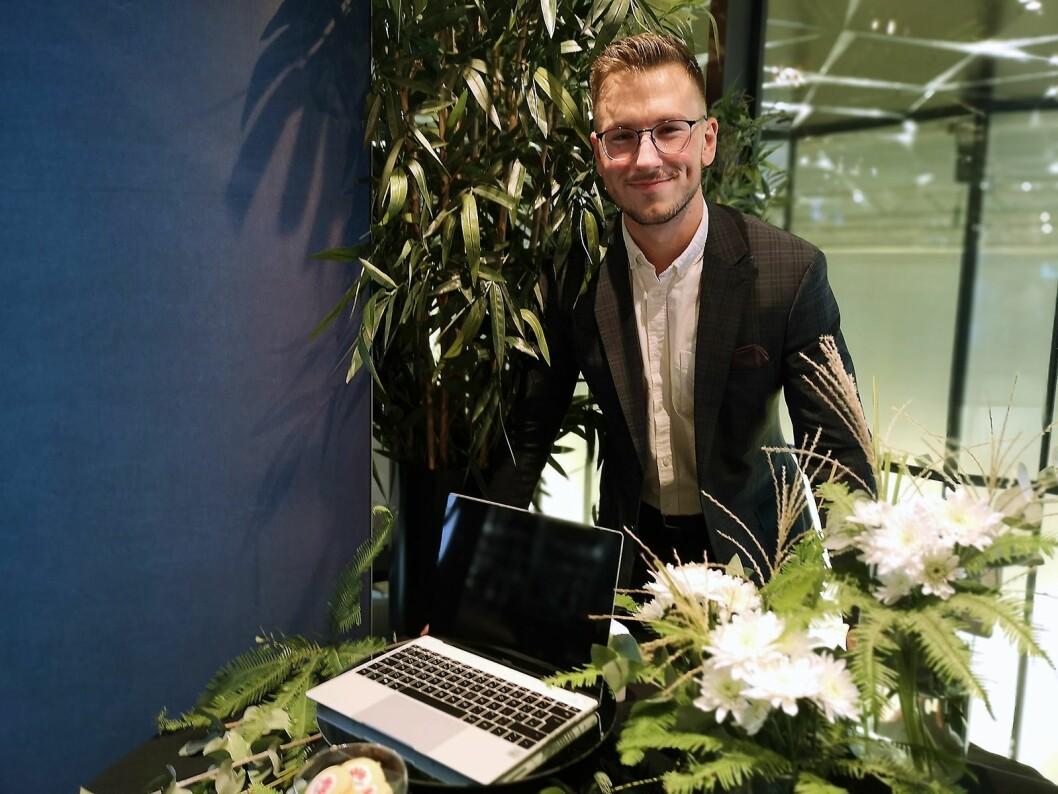 Haris Suljic, opplæringsansvarlig i Huawei Norge, viser fram den siste Matebook X fra selskapet. Foto: Marte Ottemo.