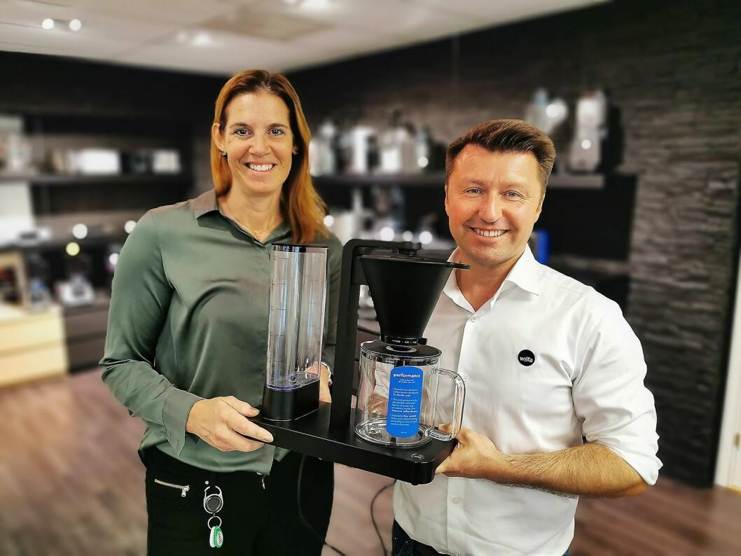 Morten Hoff og Guri Brennhovd i Wilfa med den nye kaffetrakteren Performance, som er på tur ut i butikkene. Foto: Stian Sønsteng